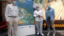 El director de la Semana Negra de Gijón, Ángel de la Calle (d), acompañado por el director de Cultura del Principado de Asturias, Pablo León (i) y la alcaldesa de Gijón, Ana González (c) durante la presentación.