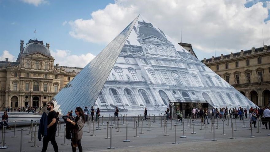 "La pirámide del Louvre ""desaparece"" por obra y arte del fotógrafo francés JR"