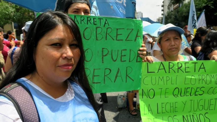 El movimiento social Barrios de Pie marcha en reclamo de alimentos y ayuda social para hacer frente al agravamiento de la crisis social en Argentina este miércoles, en Buenos Aires (Argentina).