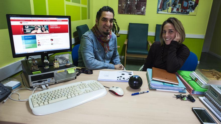 Marcos Pérez, psicólogo del centro de refugiados, junto a la estudiante Cristina Garmilla. | JOAQUÍN GÓMEZ SASTRE