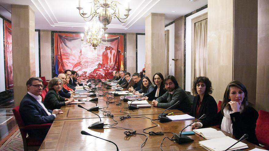 Los equipos negociadores de PSOE, Podemos-ECP-EM, Compromís e Izquierda Unida, reunidos en el Congreso.