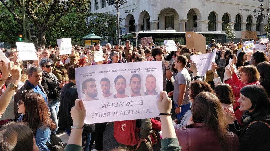 Protesta en Santander contra la sentencia del caso 'La Manada'. | ANDRÉS HERMOSA
