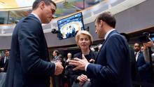 El presidente del Gobierno español, Pedro Sánchez; la presidenta de la Comisión Europea, Ursula von der Leyen; y el presidente francés, Emmanuel Macron.
