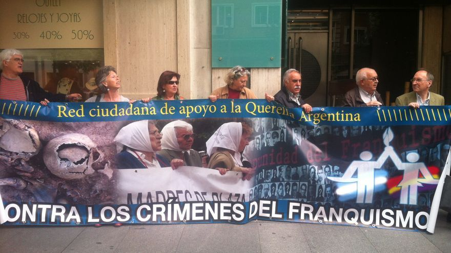 Los querellantes, frente al Consulado Argentino