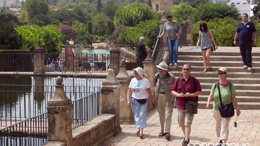 Turistas visitando el Alcázar de los Reyes Cristianos | MADERO CUBERO