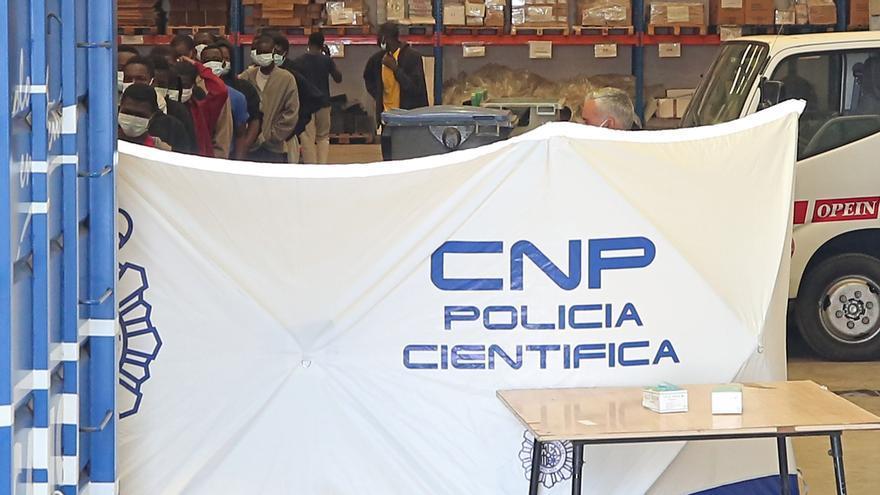 La nave del Puerto de Las Palmas en la que pasan 72 horas las personas llegadas en patera para que la Policía Nacional proceda a su filiación.