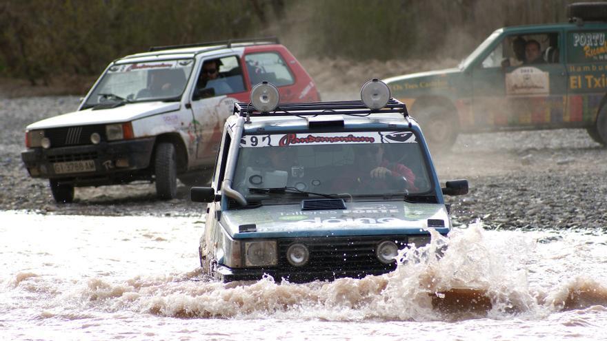 Un Fiat Panda superando un tramo de agua en una edición anterior del Pandemonium