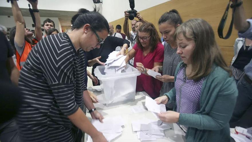 Apertura de urnas tras la votación del 1 de Octubre en Catalunya. (EFE).