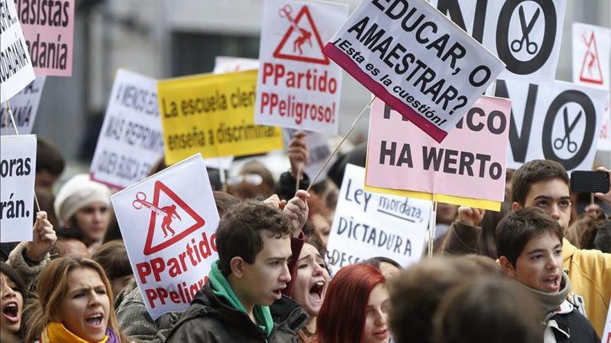 Cientos de estudiantes protestan contra la Lomce ante el Ministerio. / Efe