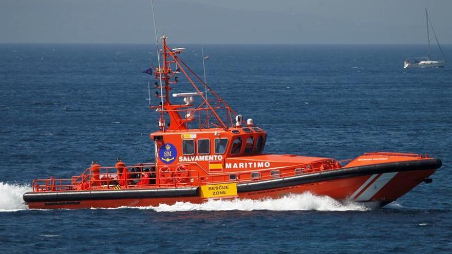 Llegan al puerto de Tarifa 39 migrantes, 16 menores, rescatados de una patera
