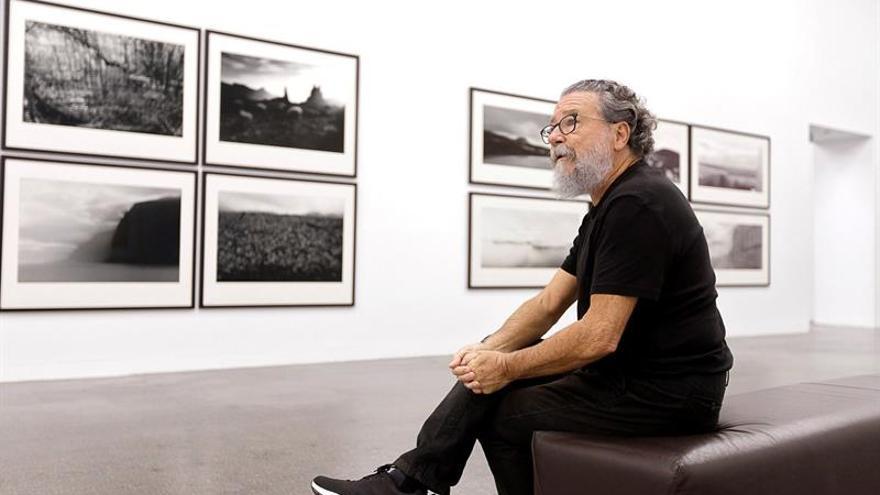 Poldo Cebrián, fotógrafo, en una imagen de la sala de TEA en que se expone su obra y la de su padre