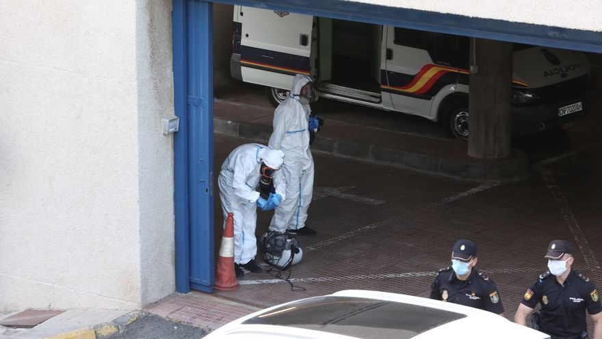 Labores de desinfección en la Comisaría de la Policía de Maspalomas, después de que se registrara un positivo en los calabozos.