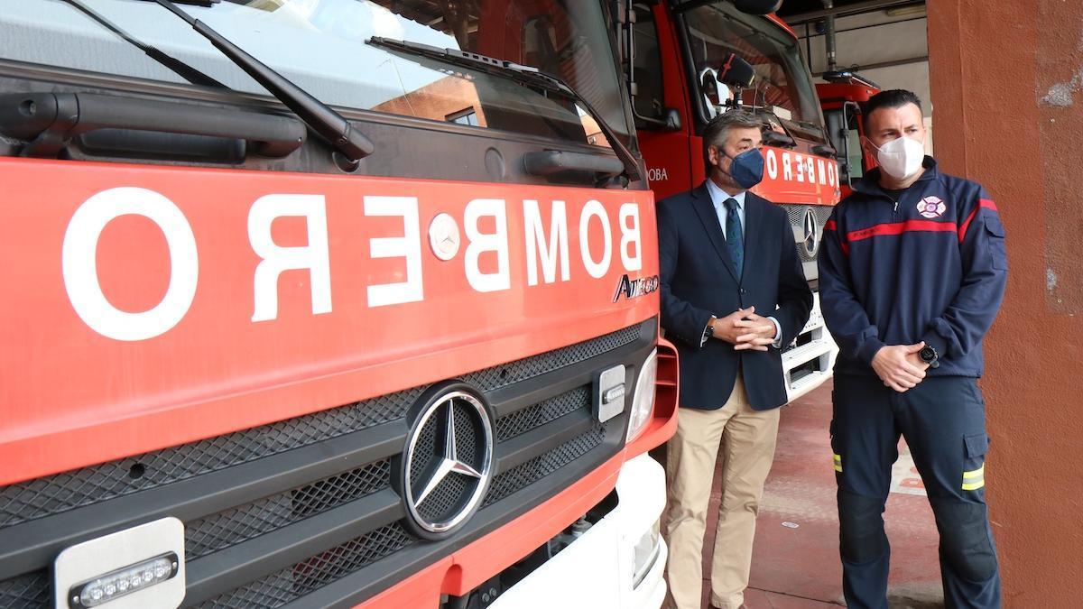 Torrico y Daniel Muñoz en el parque de bomberos