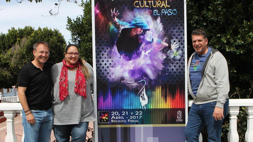 El alcalde de El Paso, Sergio Rodríguez; la concejal de Juventud, Esther Nazco, y Andrés Carmona, primer teniente de alcalde y concejal de Cultura, muestran el cartel de XIII Feria Juvenil y Cultural.