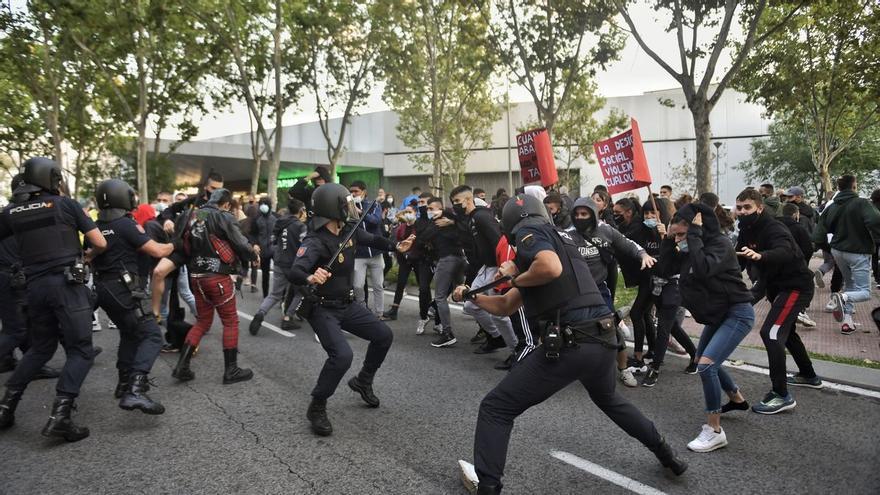 Los antidisturbios cargan contra los manifestantes que protestaban a las puertas de la Asamblea de Madrid.