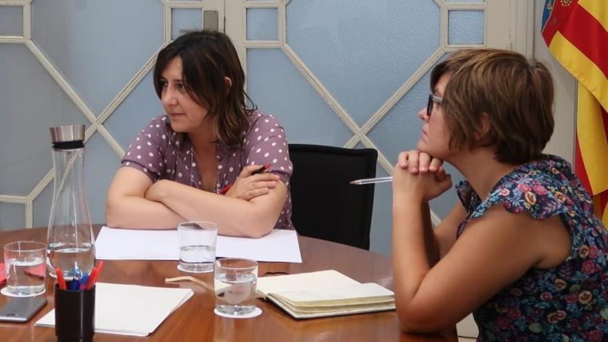 La consellera Rosa Pérez Garijo junto a su jefa de gabinete, Aurora Mora, durante una reunión.