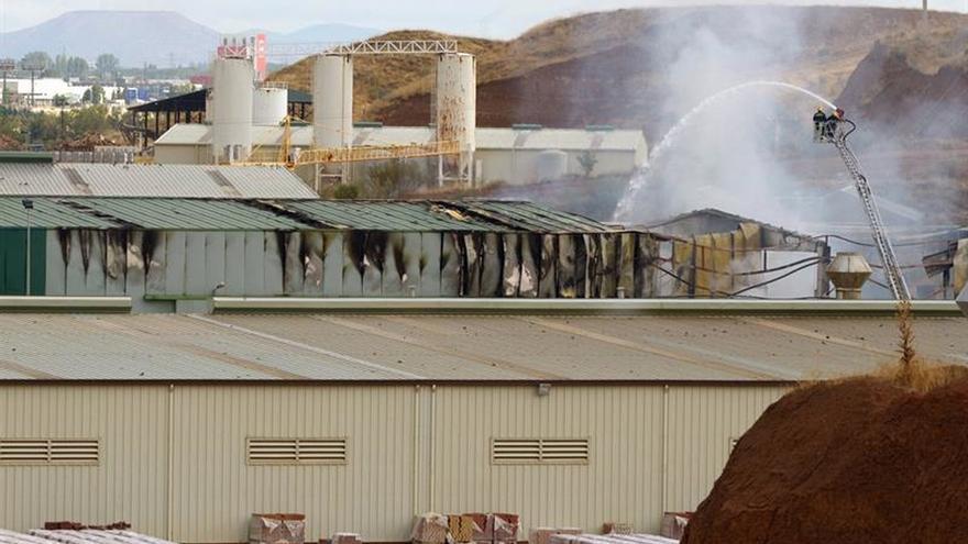El fuego de una nave industrial en Chiloeches está perimetrado y estabilizado