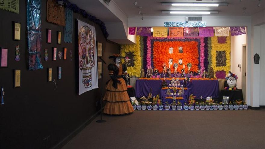 Crean un Altar de los Muertos por Chespirito y artistas paraguayos en Asunción
