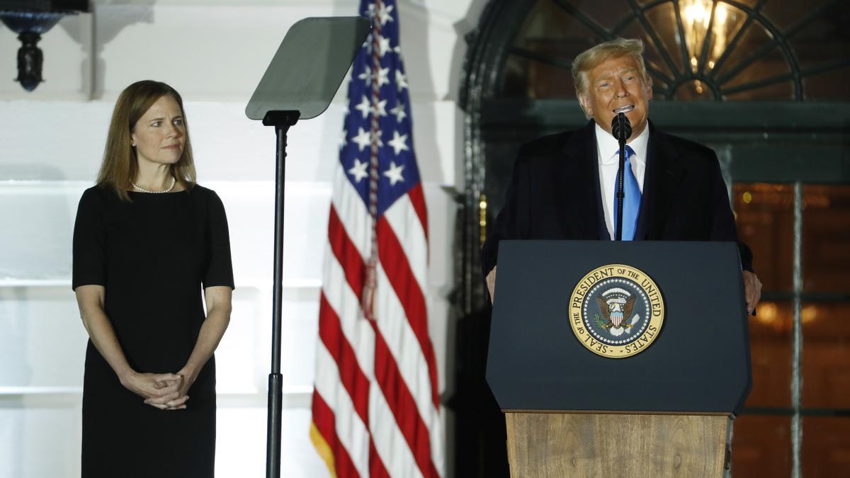 El presidente de Estados Unidos, Donald J. Trump (d), habla durante la ceremonia de juramento de Amy Coney Barrett (i) como jueza del Tribunal Supremo, este 26 de octubre de 2020 en la Casa Blanca.