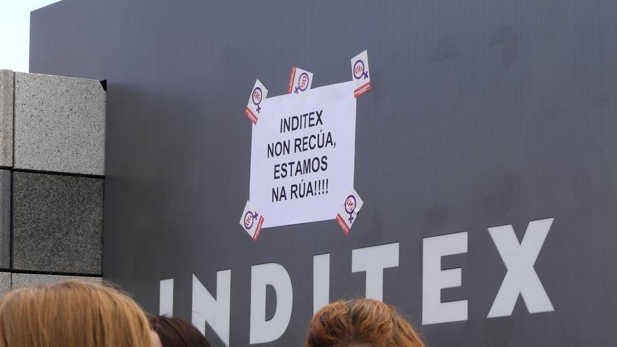 Concentración de trabajadoras de Bershka ante la sede de Inditex