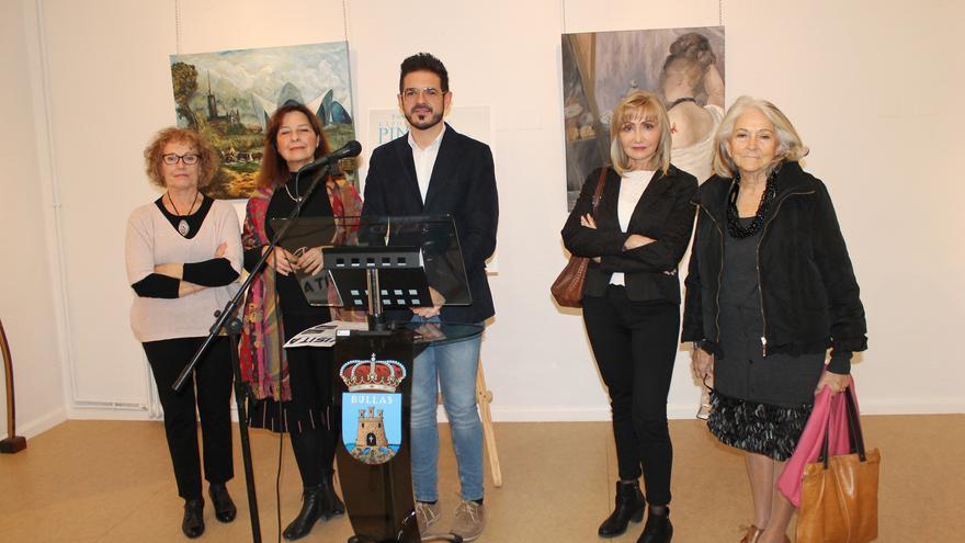 El concejal de Cultura con algunas de las artistas de la Asociación Párraga
