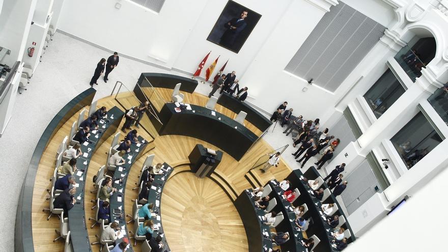 Los concejales del Ayuntamiento de Madrid depositan su voto en la urna sin mostrarlo
