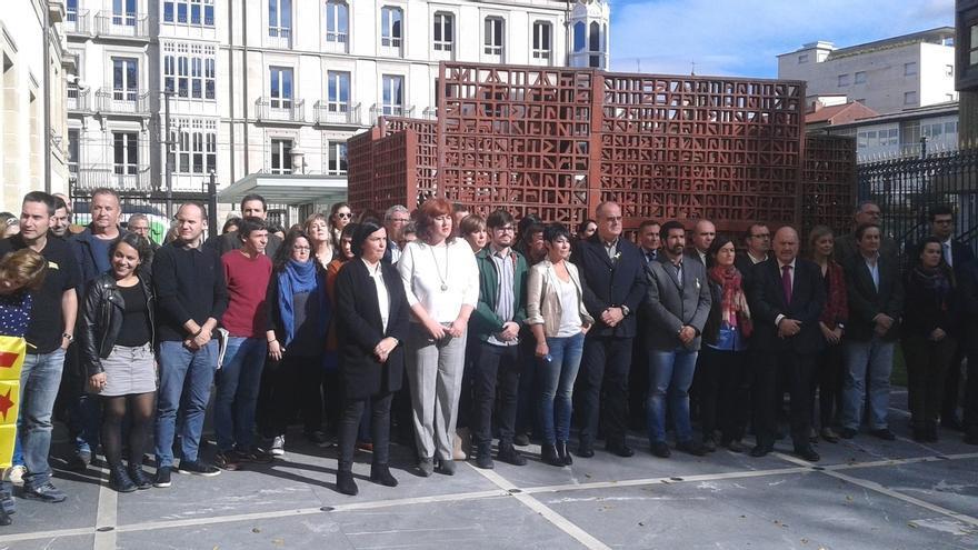 Parlamentarios de PNV, EH Bildu y Podemos se concentran contra la detención de exconsejeros catalanes
