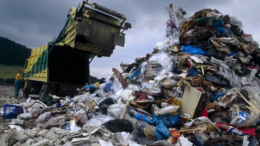Un camón descarga basura en el vertedero de Gardelegi, cerca de Vitoria.