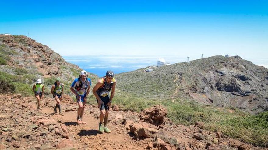 Un grupo de corredores a su paso por el Roque de Los Muchachos.