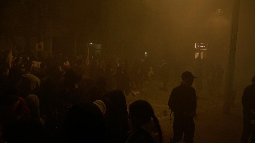 Humo en una calle de Barcelona durante la quinta noche de protestas.