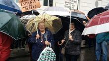 """Los jubilados desafían a la lluvia para volver a manifestarse contra el Gobierno: """"Rajoy, ladrón, nos roba la pensión"""""""