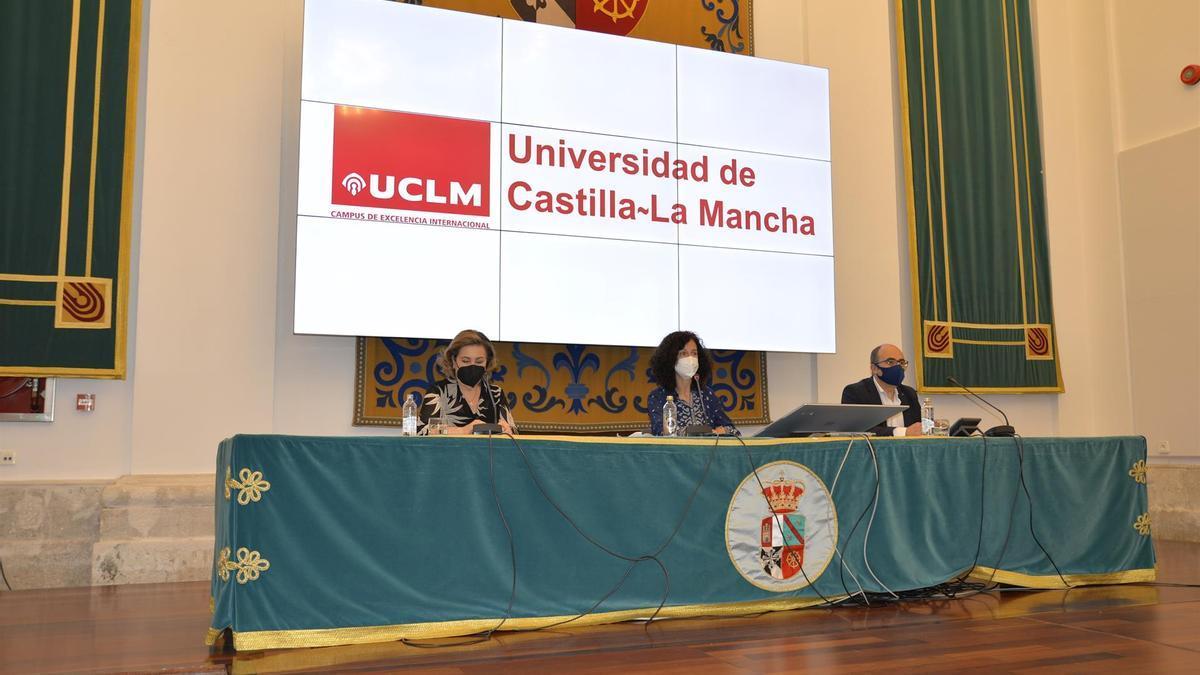 La vicerrectora de Estudiantes, María Ángeles Carrasco Gutiérrez, informa sobre la organización de la EvAU