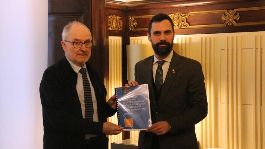 Ribó entrega al presidente del Parlament, Roger Torrent, el informe