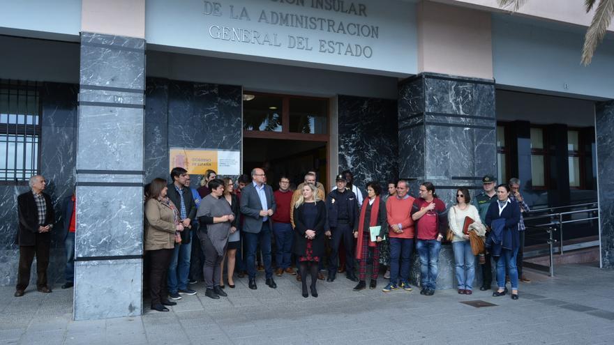 Minuto de silencio este lunes en la puerta de la Dirección Insular de la Administración General del Estado.