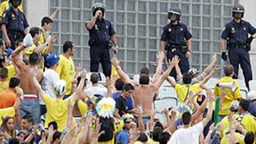 Agentes de la policía vigilan a aficionados de la UD. (CANARIAS AHORA)