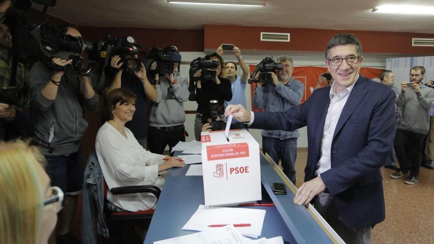 Patxi López, votando en la casa del pueblo de Portugalete.