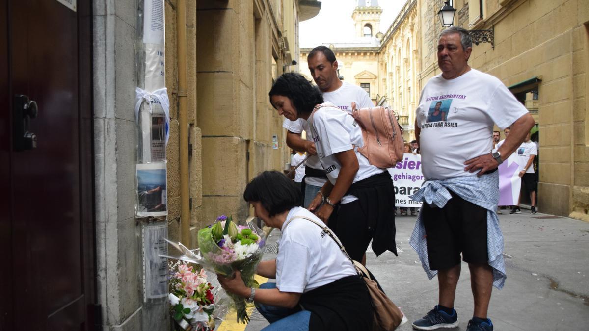 La familia de Asier Niebla en una ofrenda floral en su memoria en San Sebastián