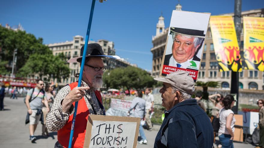 Dos habituals de les manifestacions celebren el 15-M a la plaça / ENRIC CATALÀ
