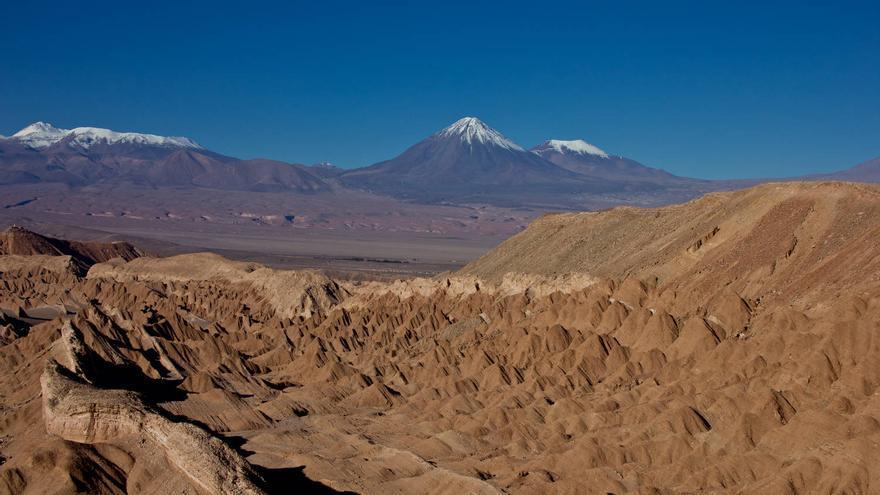 Los nevados de los Andes emergen de las arenas del Desierto de Atacama. VA