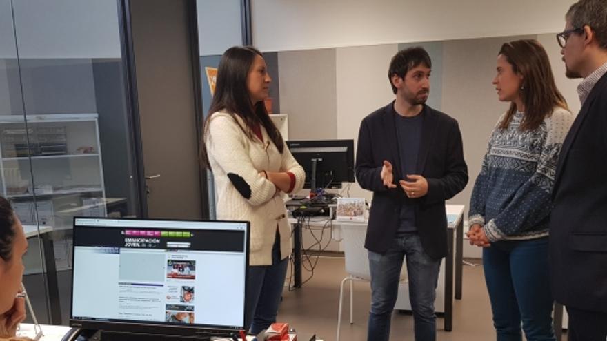 Los directores gerentes del IAJ e INAEM, junto a dos jóvenes que han regresado a Aragón, visitan las oficinas del Plan Retorno.