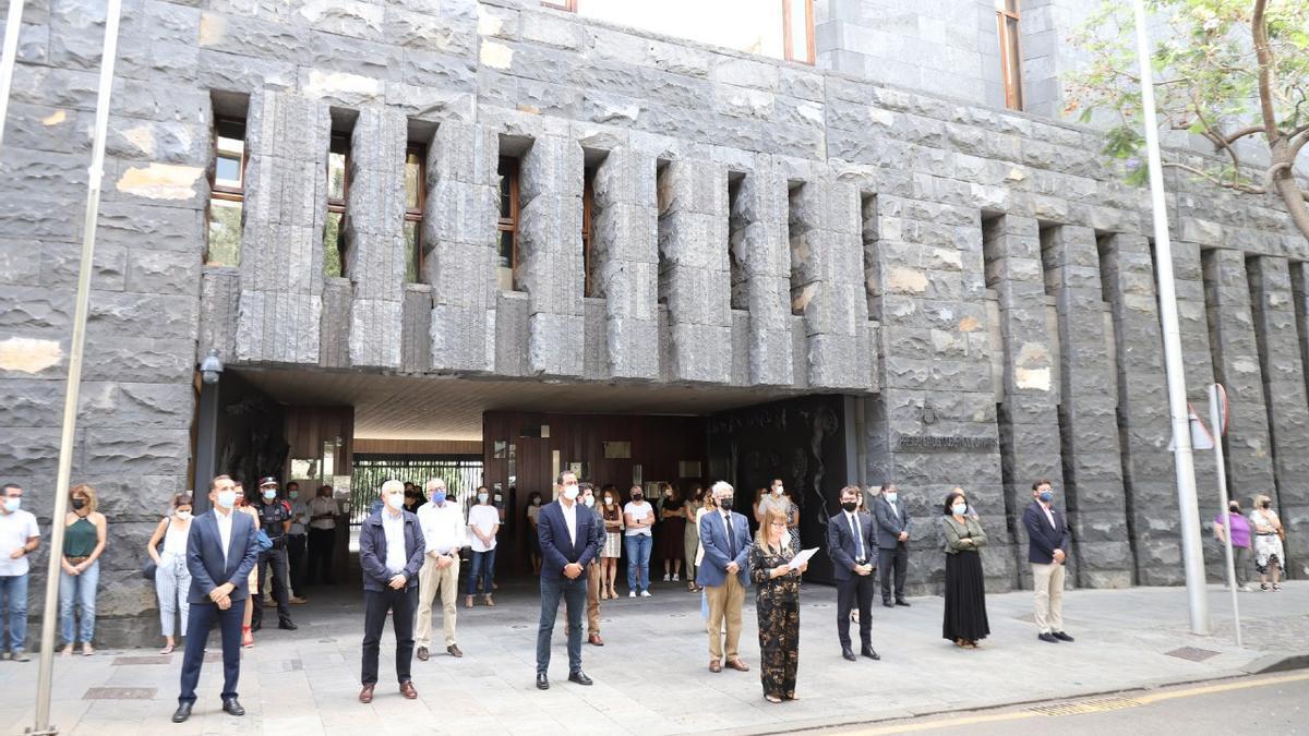 Minuto de silencio en la sede de la Delegación del Gobierno en Canarias en Tenerife