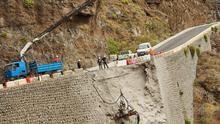 Los trabajos en la carretera de Teno se complementan con sondeos para analizar el estado del muro