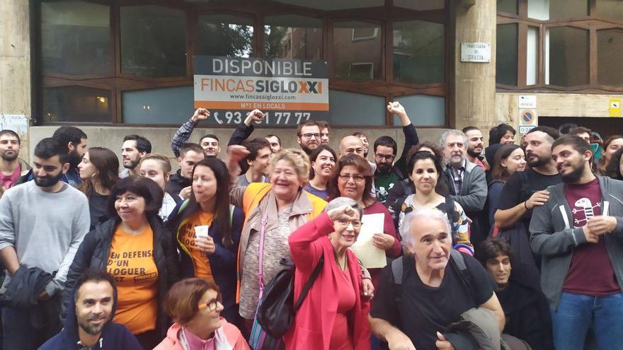 Manifestantes antidesahucios, esta mañana ante el domicilio de Lívia y Juan.