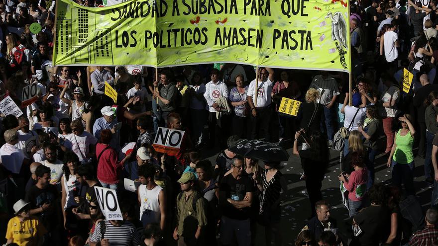 Manifestantes cargan una pancarta contra los recortes en Sanidad / Olmo Calvo.