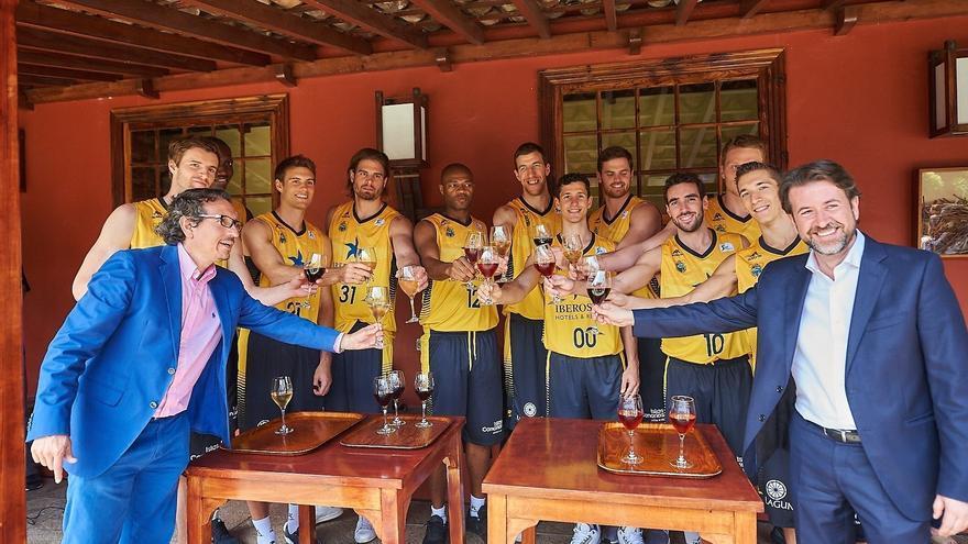 Los jugadores del Iberostar Tenerife junto al presidente insular, Carlos Alonsoy  el consejero de Agricultura, Ganadería y Pesca, Jesús Morales.
