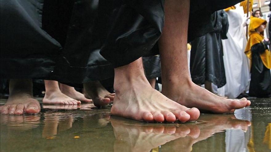 La lluvia amenaza la Semana Santa de Ferrol, que vive su día grande con 8 procesiones