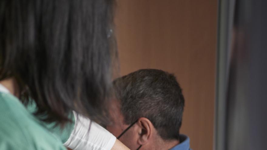 Archivo - Un hombre recibe la vacuna de Janssen contra el Covid-19.