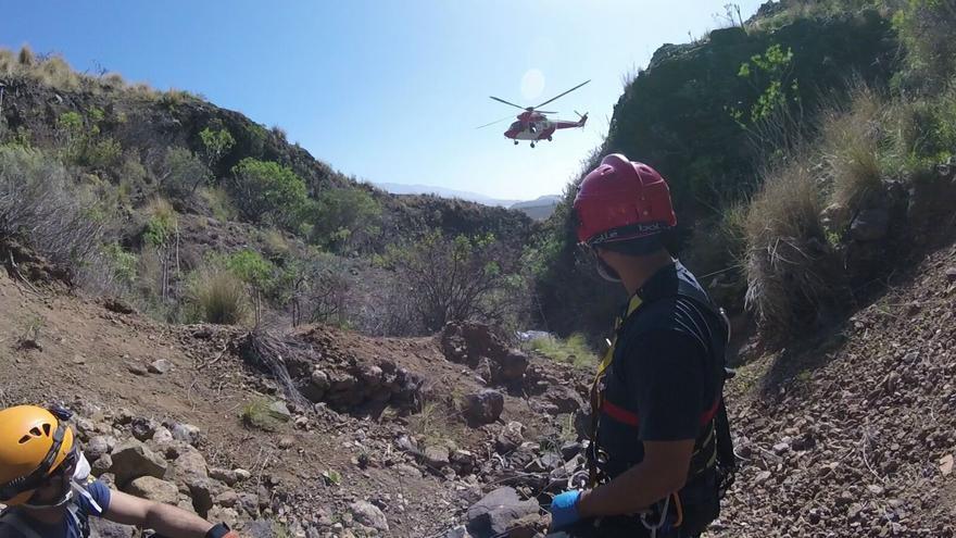 En la imagen, operación de rescate del cadáver. Foto: BOMBEROS LA PALMA.