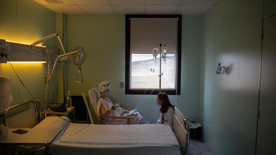 Una paciente y una enfermera ene el Hospital Vall d'Hebrón.