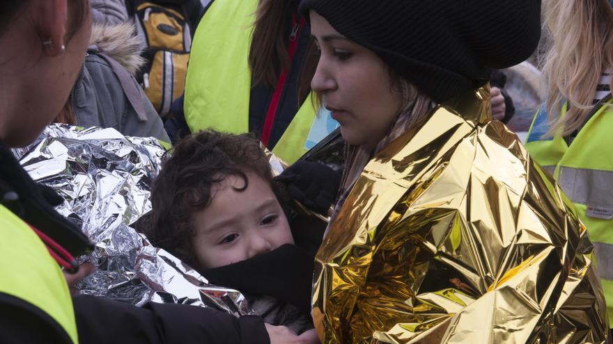 Una mujer y un bebé a su llegada a Lesbos, tras desembarcar en la isla griega. Los refugiados llegan empapados y muchos con síntomas de hipotermia.   Foto: Refugee Care.